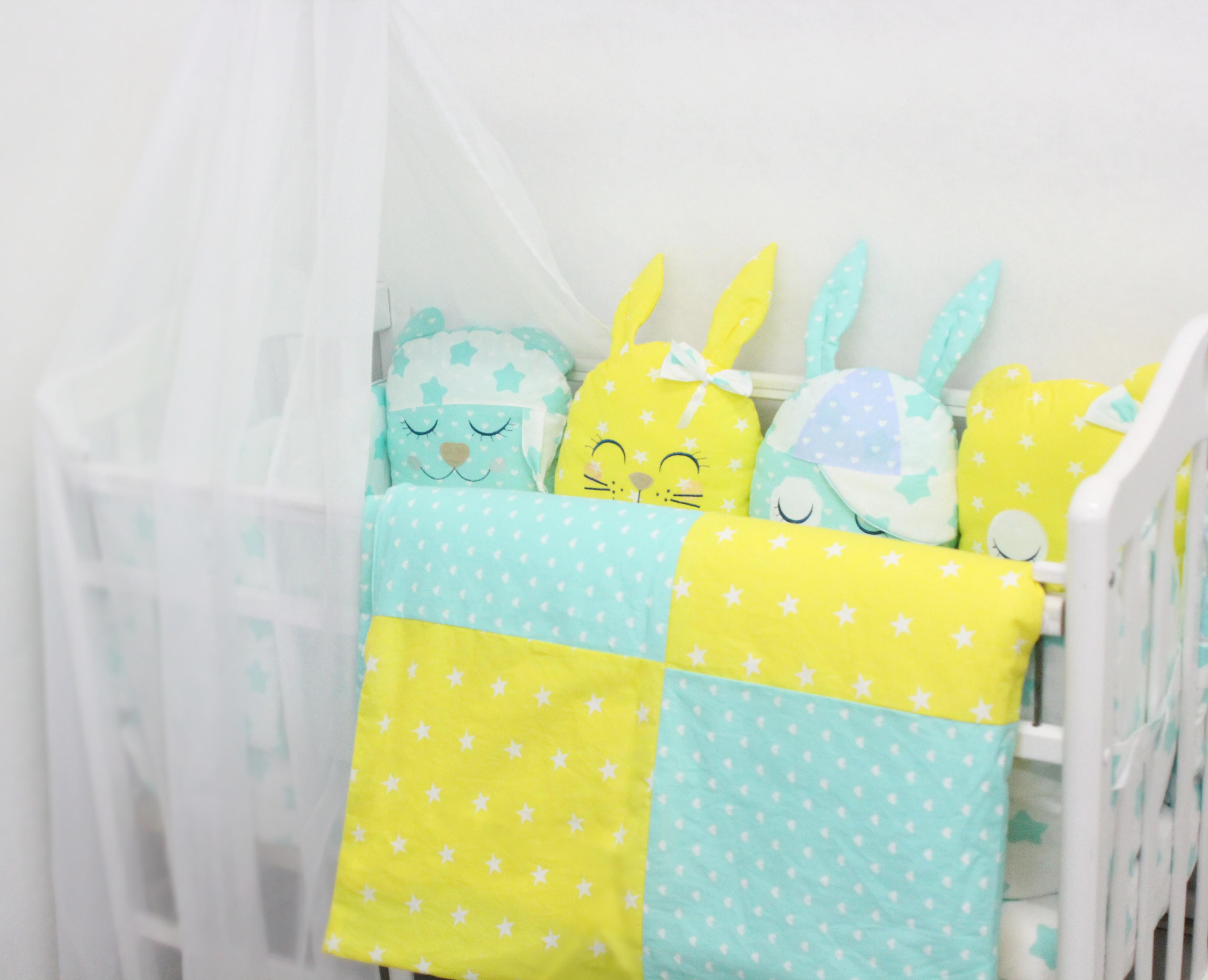 Постельные принадлежности By Twinz Комплект в кроватку By Twinz «Друзья» с игрушками желтый 4 пр.