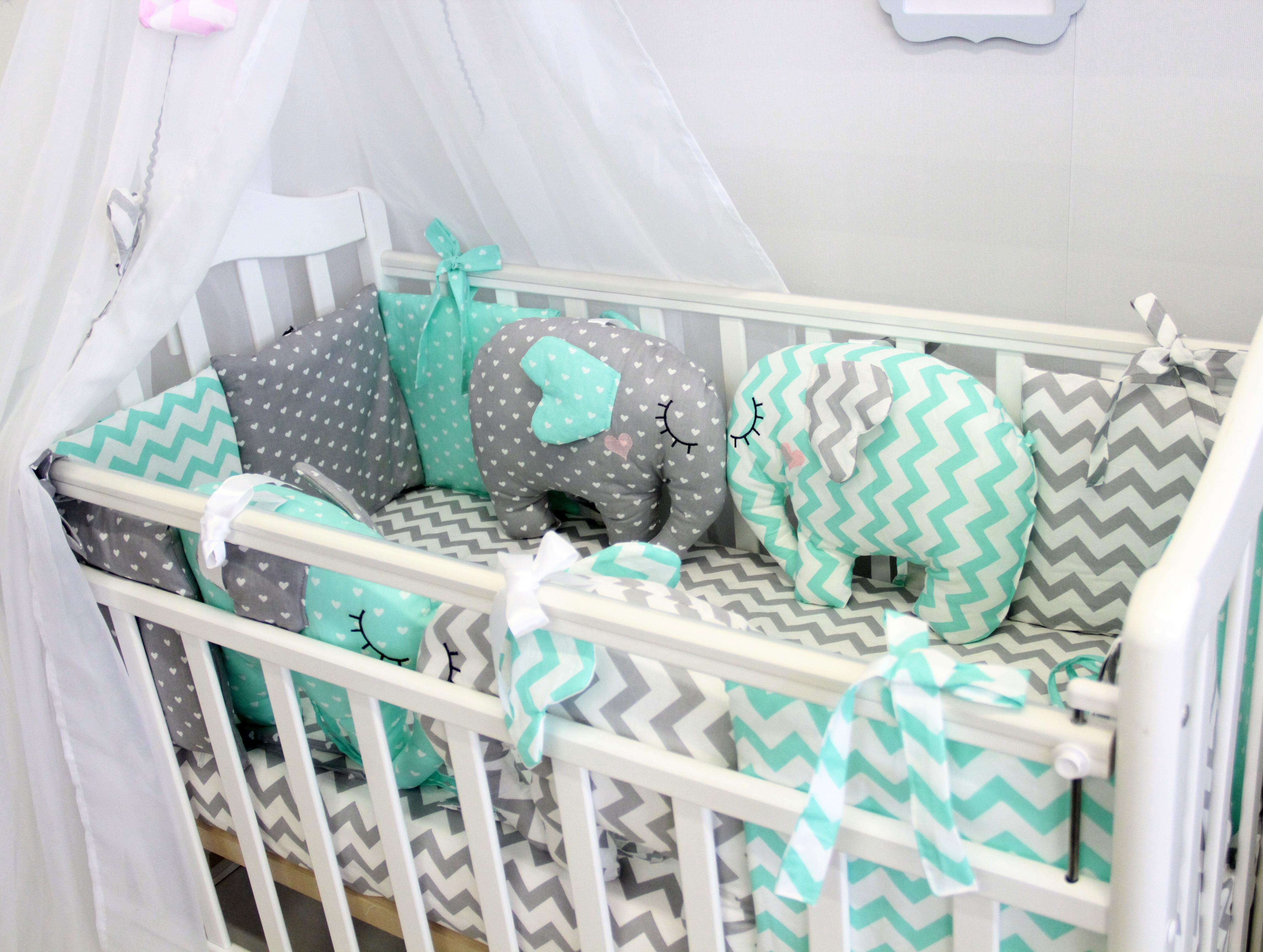 Постельные принадлежности By Twinz Комплект в круглую/классическую кроватку By Twinz «Слоники» с игрушками мятный 7 пр. mercury постельные принадлежности набор 4 штуки простыня с набивной чехол на одеяло 100